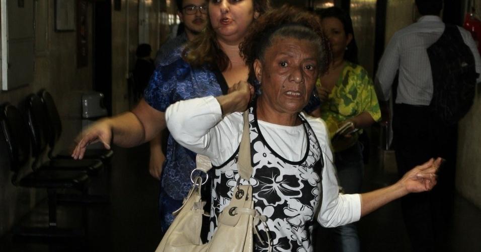 Dona Esmeralda chega para audiência de conciliação sobre suposta agressão de Dado Dolabella (25/7/2012)