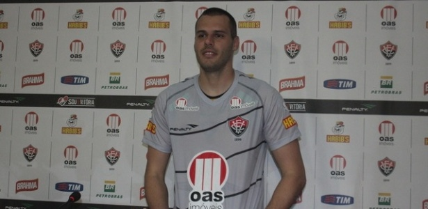 Goleiro Deola é apresentado pelo Vitória