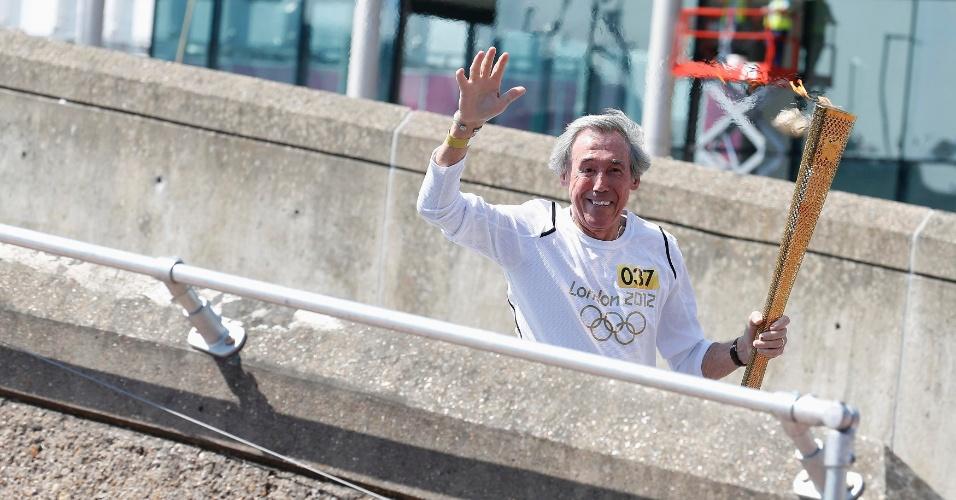 Gordon Banks participa de cerimônia de revezamento da tocha olímpica (25/07/2012)