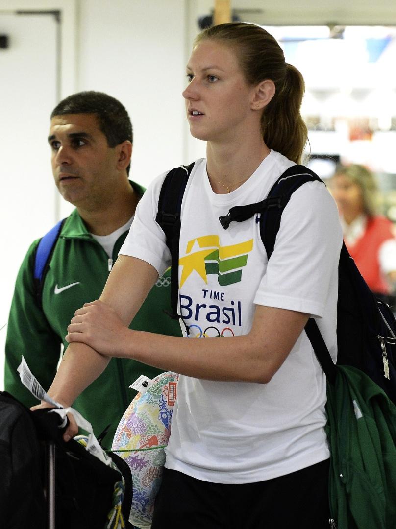 Gracielle Hermann, nadadora, desembarcou no aeroporto de Heathrow para os Jogos (25/07/12)