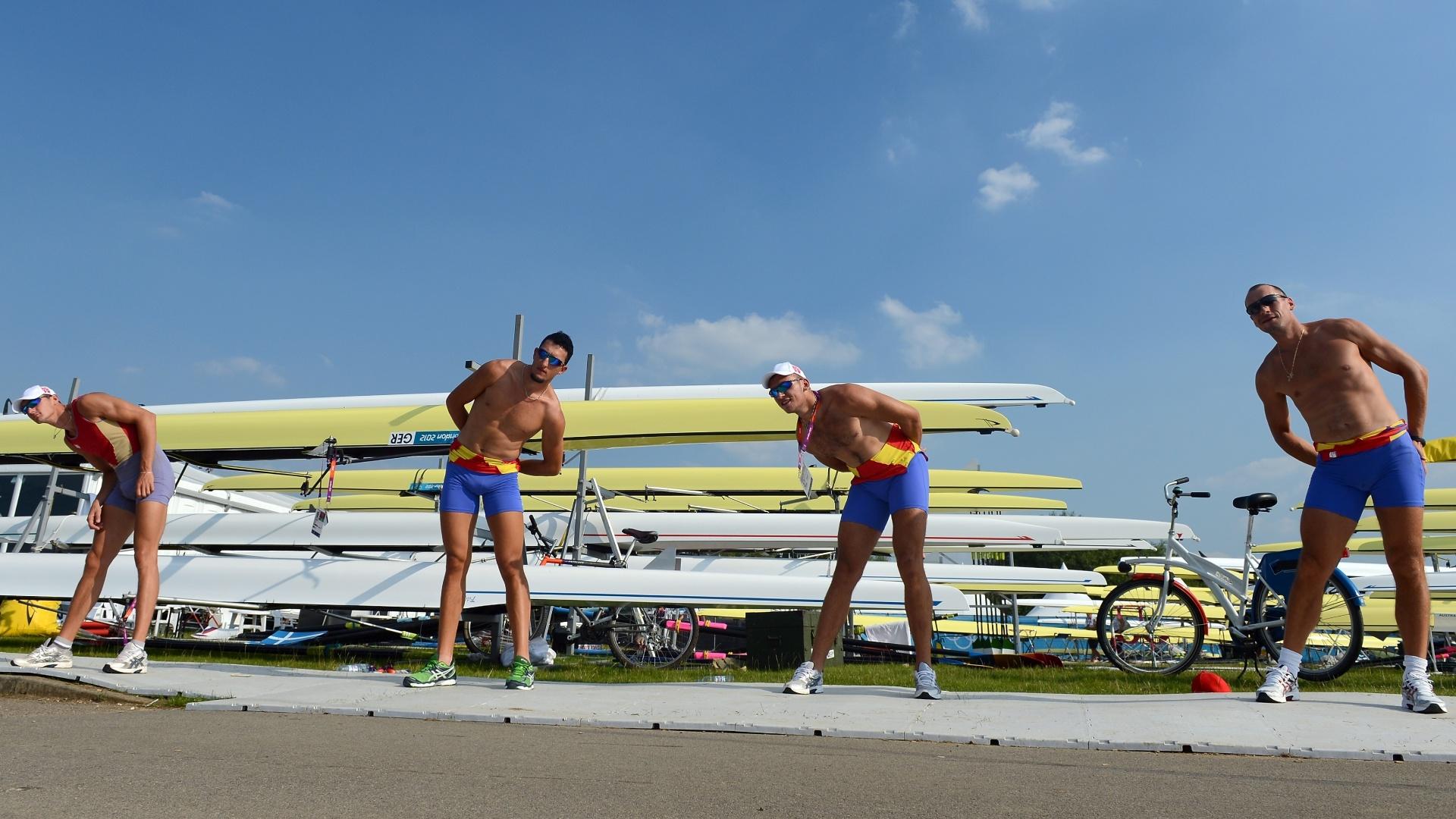 Guarnição da Romênia do quatro sem se aquece antes de treino para a Olimpíada
