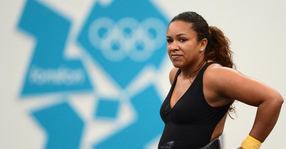 Levantadora de peso Jaqueline Ferreira descansa durante treino para Olimpíada (25/07/12)