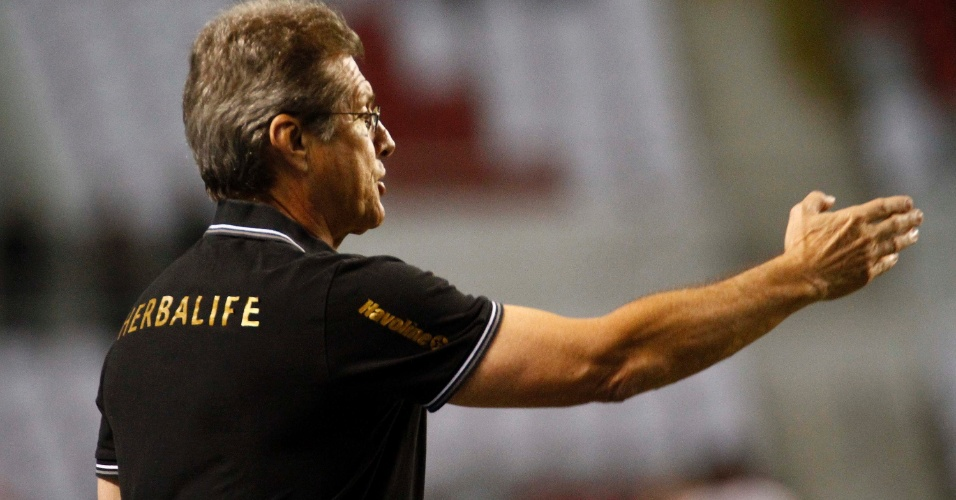 Oswaldo Oliveira, técnico do Botafogo, orienta seus jogadores no clássico contra o Vasco