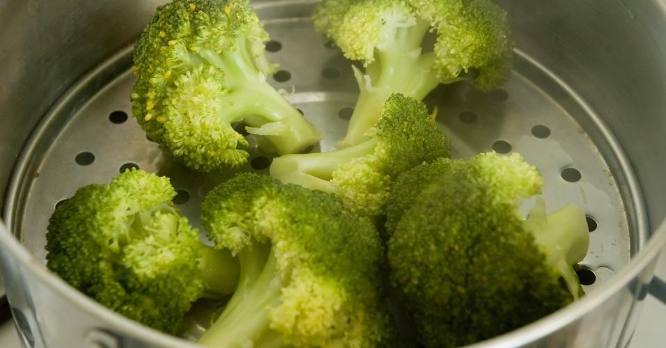 Panela a vapor, cozinhando a vapor, brócolis cozidos a vapor
