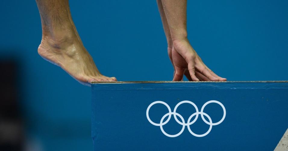 Saltador se posiciona sobre a plataforma durante treino na piscina de saltos ornamentais do centro aquático de Londres (25/07/2012)
