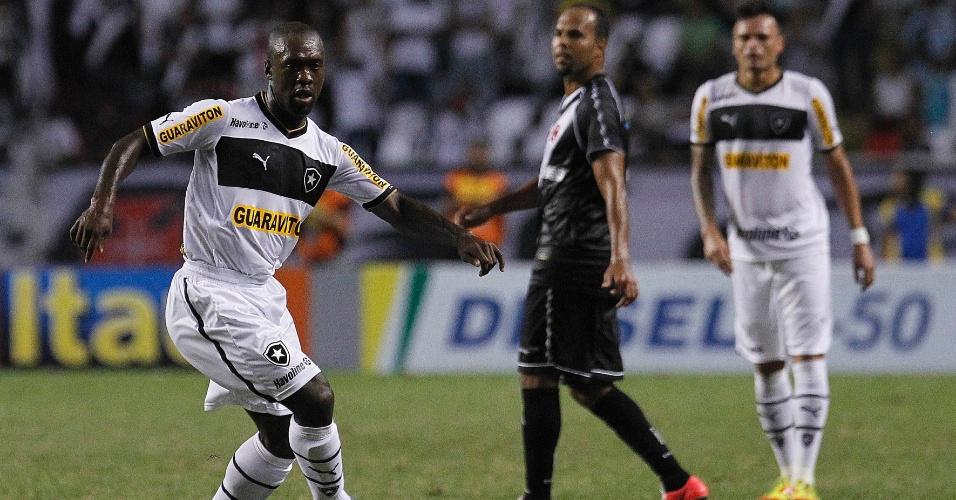 Seedorf conduz a bola e tenta jogada ofensiva para o Botafogo no clássico contra o Vasco