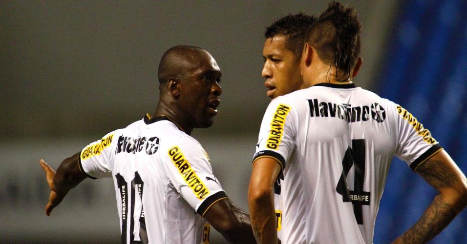 Seedorf, meia do Botafogo, conversa com os jogadores de sua equipe durante o jogo com o Vasco