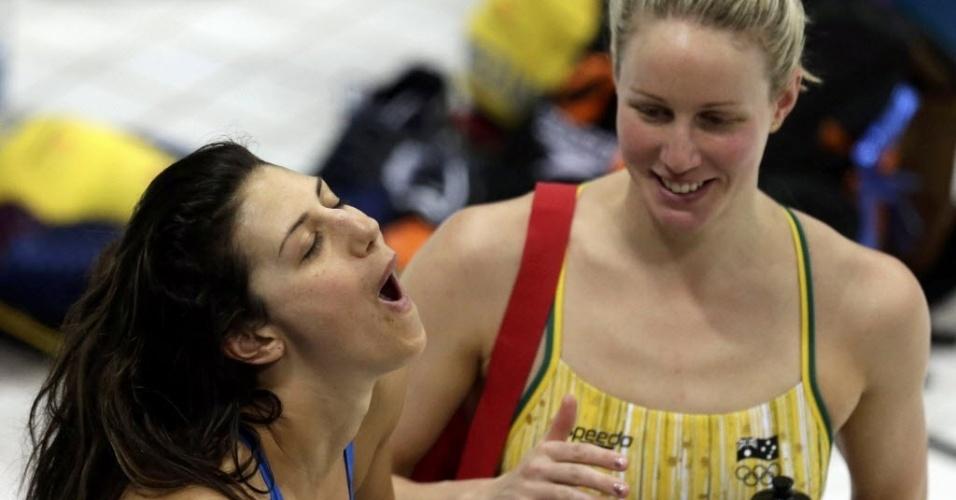Stephanie Rice (esq.)  mostra descontração ao lado de companheira da seleção australiana de natação em Londres (25/07/2012)