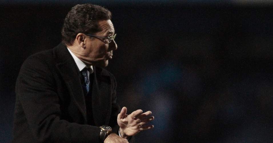 Vanderlei Luxemburgo orienta os jogadores do Grêmio na partida contra o Fluminense, no Olímpico