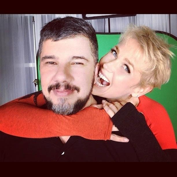 Xuxa morde orelha de maquiador em foto (25/7/2012)