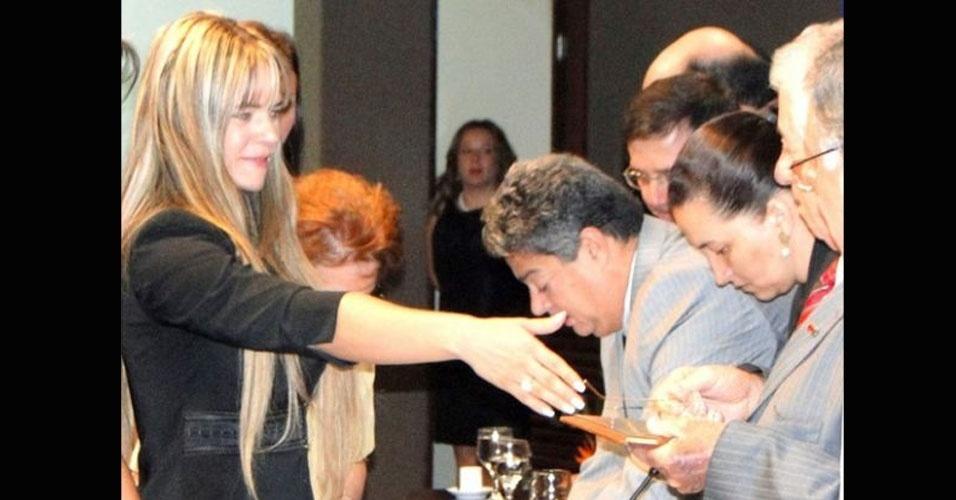 26.jul.2012 - A advogada da assessora parlamentar Denise Leitão Rocha, Mariana Melucci, divulgou uma foto de sua cliente recebendo a carteirinha da Ordem dos Advogados do Brasil (OAB), em Brasília. Segundo ela, é uma forma de neutralizar a