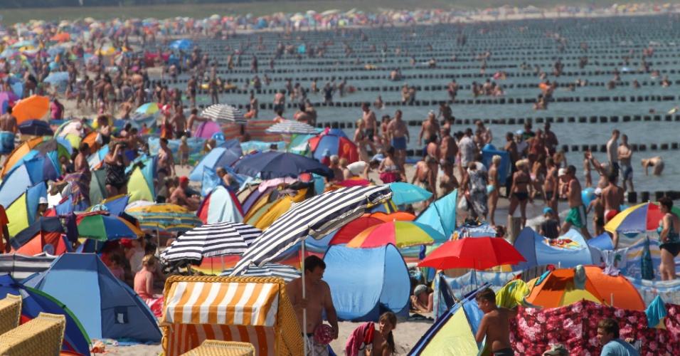 26.jul.2012 - Pessoas aproveitam dia ensolarado nesta quinta-feira (26) em praia na cidade de Zingst, na Alemanha