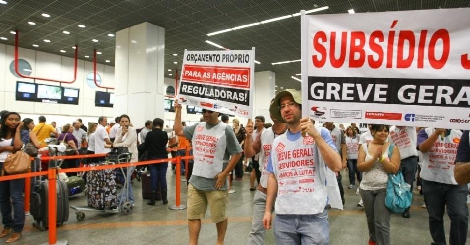 26.jul.2012 - Servidores federais das agências reguladoras fazem manifestação no aeroporto de Brasília, por reajuste de salários. Apos protestarem em frente ao aeroporto, os manifestantes entraram no Aeroporto Internacional de Brasilia  carregando faixas e gritando pedidos de negociacão com a presidente Dilma Rousseff