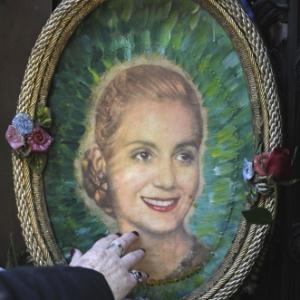 26.jul.2012 - Turistas visitam nesta quinta-feira (26) o túmulo da família Duarte, onde estão os restos mortais de Maria Eva Duarte Perón, a Evita, durante celebrações dos 60 anos de sua morte, em Buenos Aires, na Argentina - Juan Mabromata/AFP