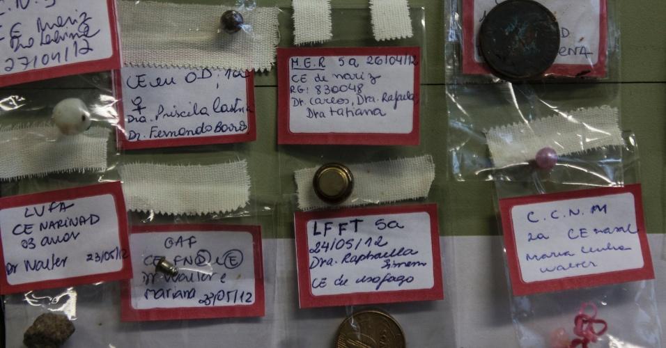 27.jul.2012 - Diversos tipos de objetos engolidos por pacientes do Hospital Municipal Souza Aguiar, no centro do Rio de Janeiro, são expostos em um mural. A lista é extensa e inclui moedas, brincos e outros itens