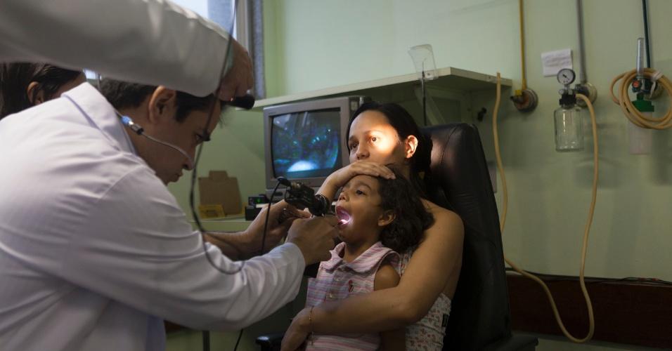 27.jul.2012 - Médicos e enfermeiros do Hospital Municipal Souza Aguiar, no centro do Rio, atendem criança que engoliu objeto