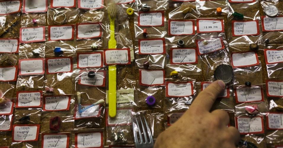 27.jul.2012 - Objetos estranhos engolidos por pacientes são colocados em murais no Hospital Municipal Souza Aguiar, no centro do Rio de Janeiro. A coleção traz escova de dente, tampas de refrigerantes, pulseiras, botões de roupas, brincos e outros objetos