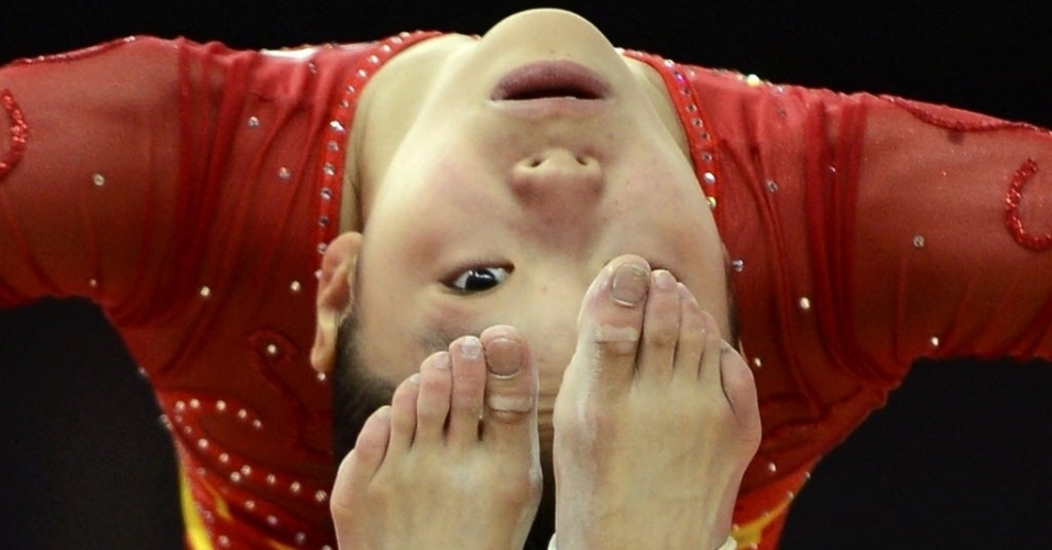 A chinesa Huang Qiushuang se estica em treino da ginástica na North Greenwich Arena