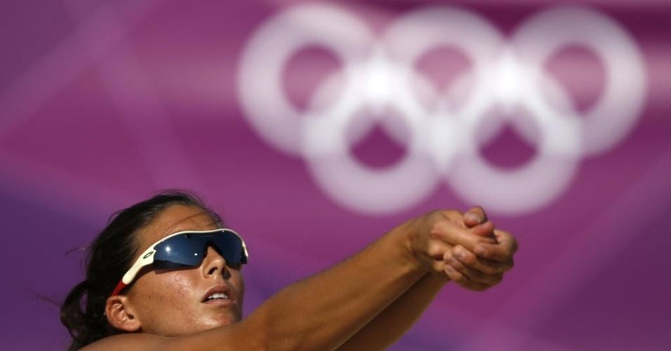 """A italiana Marta Menegatti tenta """"manchete"""" com os anéis olímpicos em treino de vôlei de praia"""
