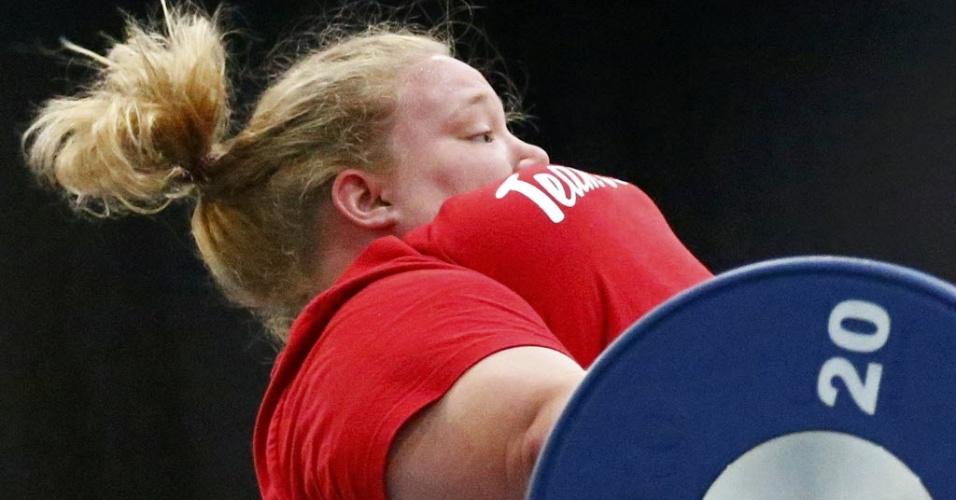 A norte-americana Holley Mangold faz força em seu treinamento de levantamento de peso antes da competir nas Olimpíadas