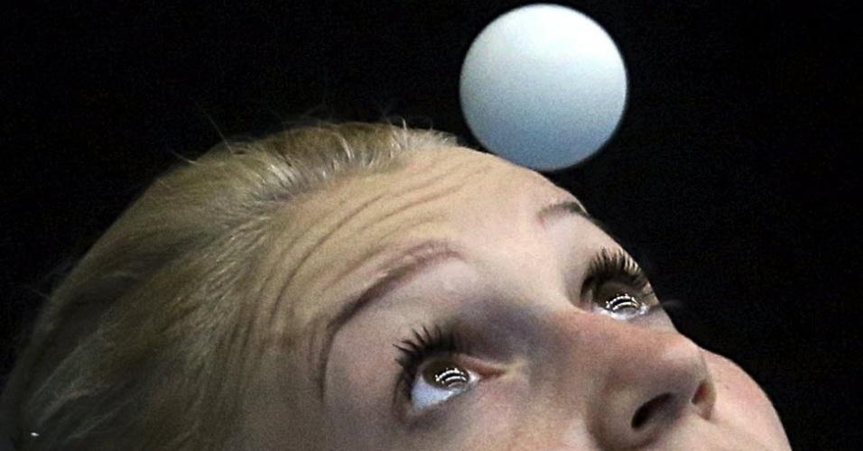 A romena Daniela Dodean olha a bolinha e treino de tênis de mesa antes das Olimpíadas