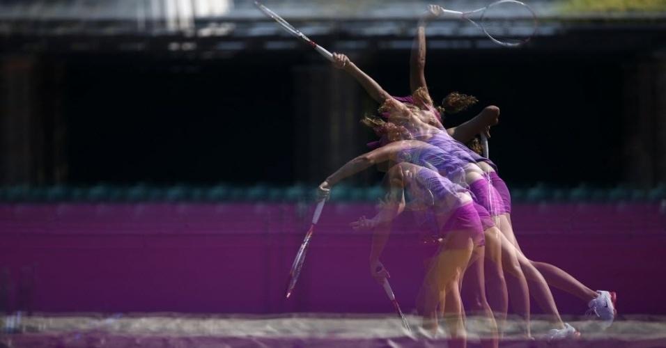 A tcheca Petra Kvitova saca em treino antes do torneio de tênis nas Olimpíadas