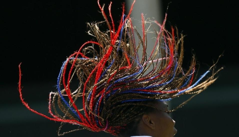 A tenista norte-americana Venus Williams mostra seus cabelos coloridos em treino antes das Olimpíadas