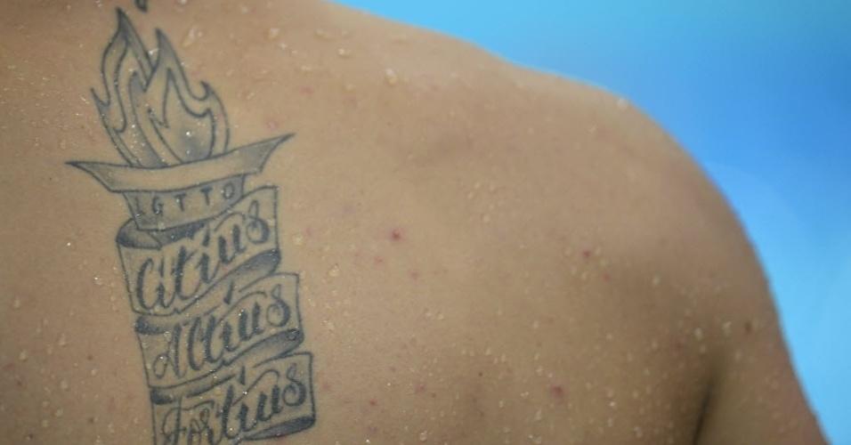 Após o treino, nadador exibe tatuagem em suas costas durante treino em Londres