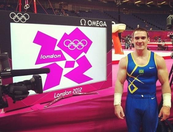 Arthur Zanetti posa ao lado do placar eletrônico durante treino de pódio da ginástica artística masculina