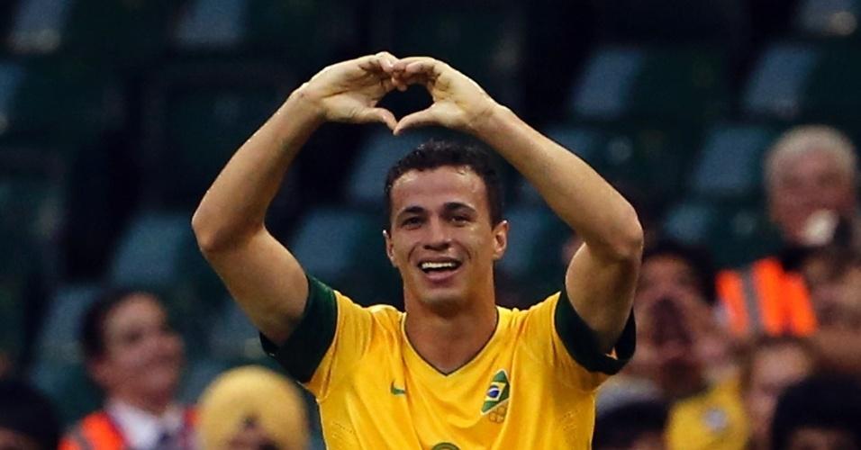 Atacante Leandro Damião comemora seu gol, o segundo do Brasil no duelo contra o Egito, pelos Jogos de Londres