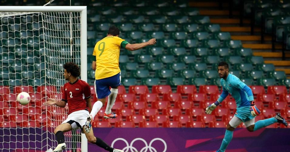 Atacante Leandro Damião finaliza para o gol durante a partida entre Brasil e Egito pelos Jogos Olímpicos de Londres