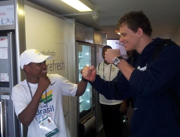 Cesar Cielo faz pose de pugilista em Londres, ao lado de Jackson Júnior, que está nos Jogos para ajudar nos treinamentos da seleção de boxe