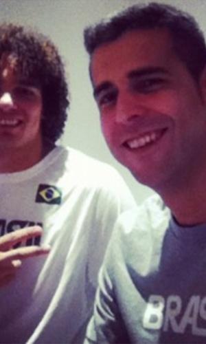 Dante, atacante da equipe brasileira de vôlei, tira foto ao lado de Anderson varejão, ala-pivô do time de basquete masculino