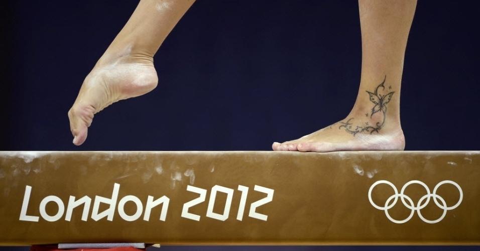 Detalhe da tatuagem de borboleta da ginasta italiana Vanessa Ferrari em treino para as Olimpíadas