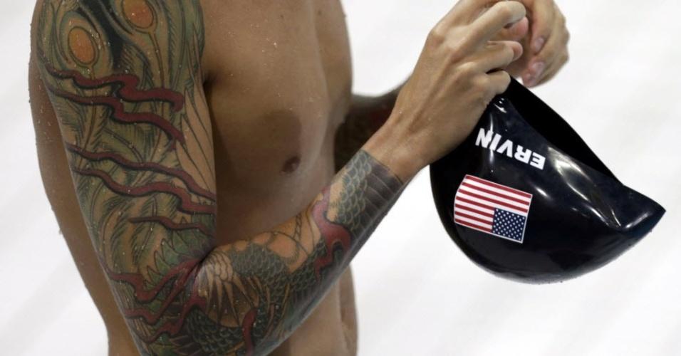 Detalhe de tatuagem do nadador norte-americano Anthony Ervin, que fechou ambos os braços com os desenhos