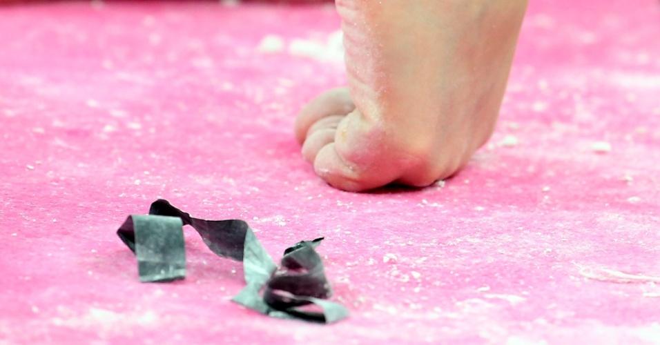 Detalhe dos pés de uma atleta da ginástica em treino para as Olimpíadas