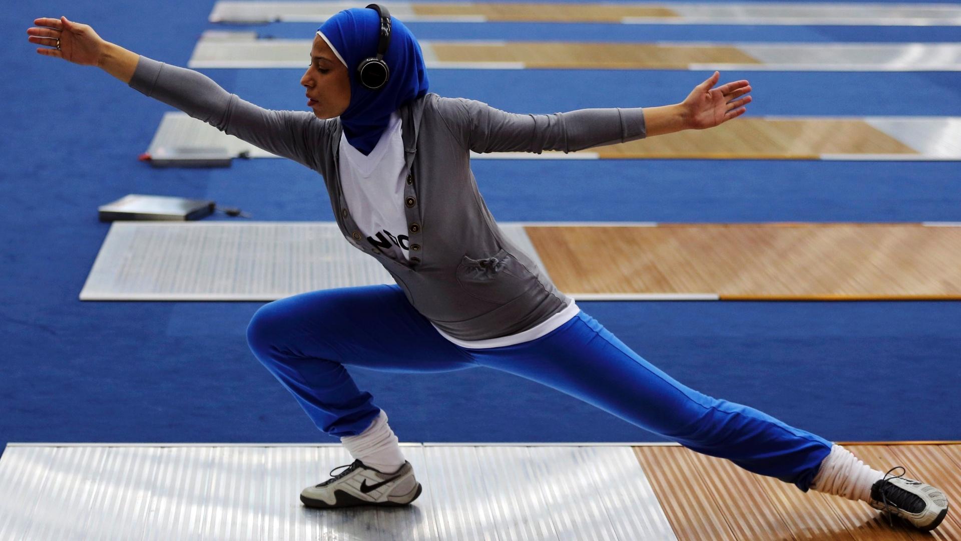 Eman Gaber, esgrimista do Egito, faz alongamento antes de treino
