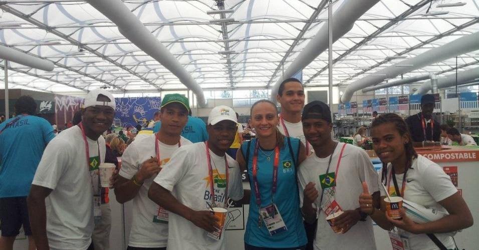 Equipe brasileira de boxe tira foto com a líbero Fabi, da seleção feminina de vôlei