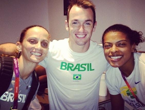 Ginasta Diego Hypólito se encontra com Fabi e Fernanda Garay, da seleção feminina de vôlei, na sala de fisioterapia da Vila Olímpica