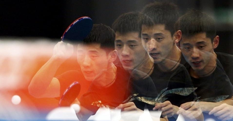 Imagens sobrepostas do chinês Zhang Jike em treino de tênis de mesa antes dos Jogos Olímpicos