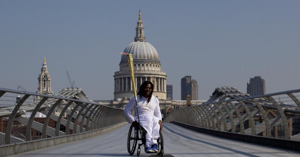 Jogador da seleção paraolímpica de basquete do Reino Unido carregou o fogo olímpico a um dia da abertura dos Jogos (26/07/12)