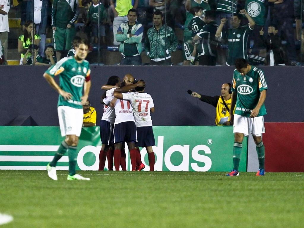 Jogadores do Bahia comemoram o segundo gol da equipe na vitória sobre o Palmeiras, em Barueri