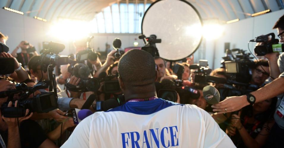 Judoca francês Teddy Riner encara batalhão de fotógrafos e jornalistas durante entrevista coletiva em Londres (26/07/2012)