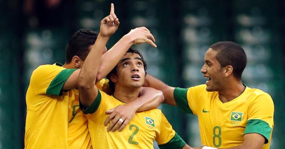 Leandro Damião, Rafael e Romulo comemorando primeiro gol da seleção brasileira