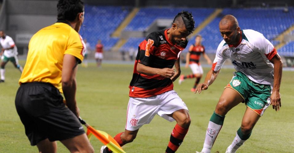 Léo Moura tenta passar pela marcação de jogador da Portuguesa durante o primeiro tempo do jogo no Engenhão