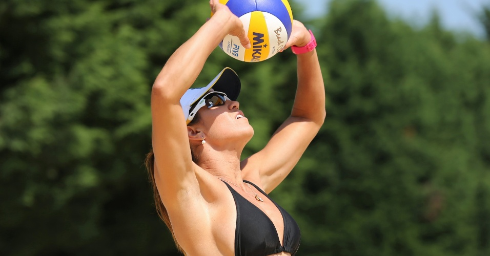 Maria Elisa, dupla de Talita, deixa polêmica de biquinis de lado durante treino para Olimpíada (26/07/12)