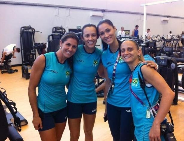 Maria Elisa e Talita, do vôlei de praia, e Jaqueline e Fabi, do vôlei, se encontram na academia do Crystal Palace
