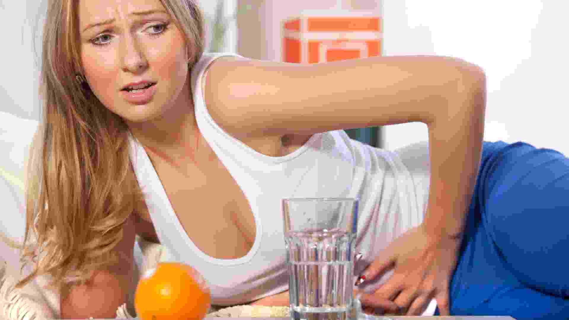Mulher com dor de barriga, mulher com cólica, passando mal - Thinkstock