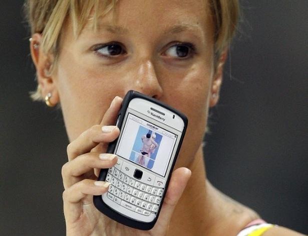Musa Federica Pelegrini exibe foto do namorado Filippo Magnini, também nadador, durante treino em Londres