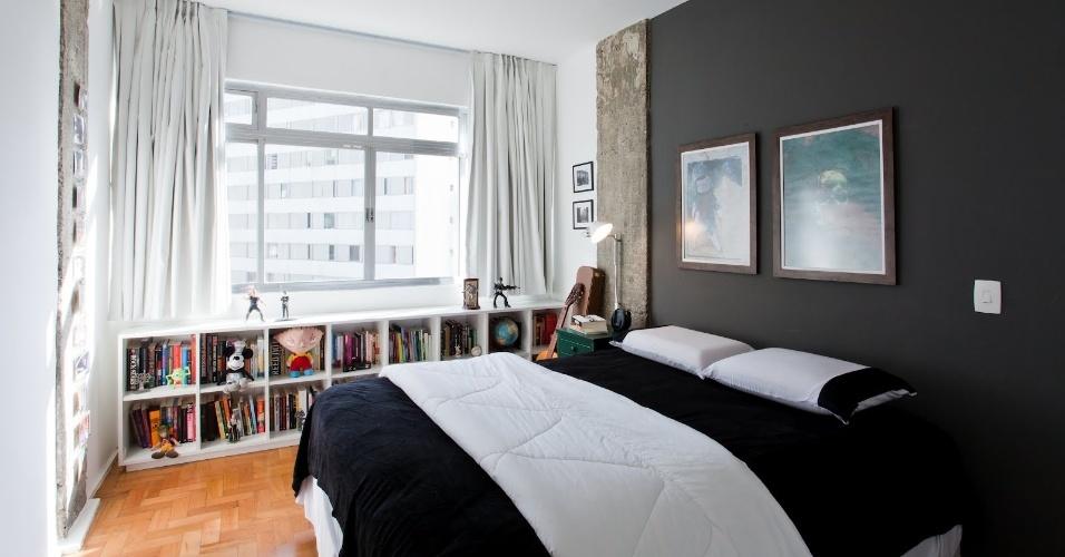 No quarto do Apartamento 43, decorado por Marcel Steiner, uma parede pintada de preto faz as vezes de cabeceira. Junto à janela, uma estante baixa revestida por laminado melamínico na cor branca acomoda livros e objetos, acompanhando toda a extensão da ampla janela